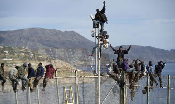 Migrants-border-fence